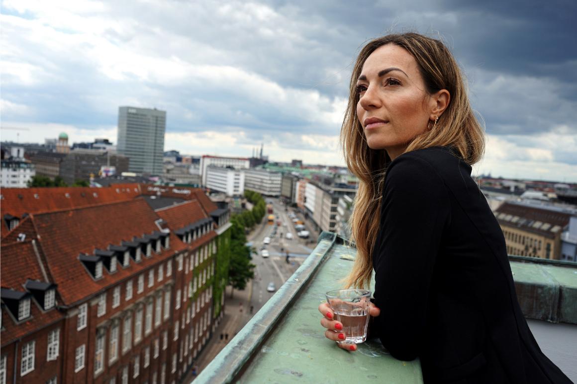 Katrine Engberg kigger ud over København fra taget hos People'sPress